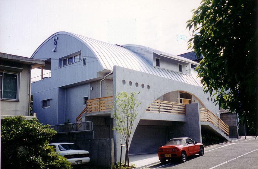 『高丘の家』アーチ状のゲートがつくる住み心地のよい家 (アーチ状のゲートがアクセントの外観-1)
