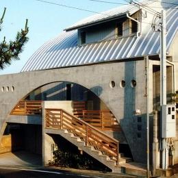 『高丘の家』アーチ状のゲートがつくる住み心地のよい家 (アーチ状のゲートがアクセントの外観-2)
