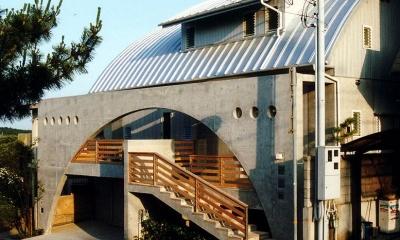 アーチ状のゲートがアクセントの外観-2|『高丘の家』アーチ状のゲートがつくる住み心地のよい家