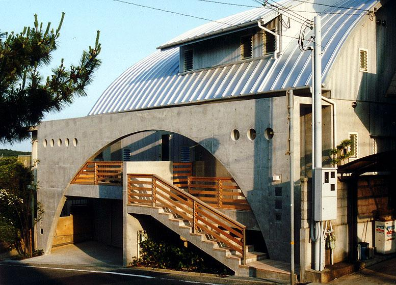 『高丘の家』アーチ状のゲートがつくる住み心地のよい家の部屋 アーチ状のゲートがアクセントの外観-2