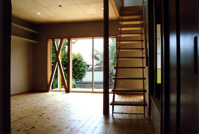 『高丘の家』アーチ状のゲートがつくる住み心地のよい家の部屋 開放的なリビング