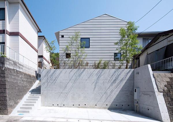 『コヤナカハウス』半屋外空間のドマがある家の部屋 シンプルな外観
