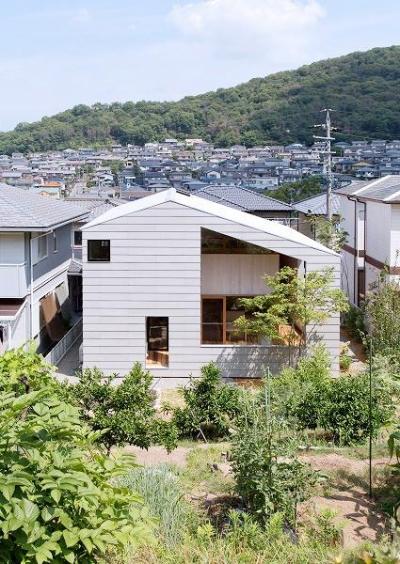 『コヤナカハウス』半屋外空間のドマがある家 (ガラスのない大きな窓が印象的な外観)