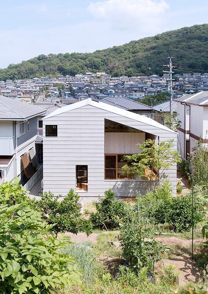 ガラスのない大きな窓が印象的な外観 (『コヤナカハウス』半屋外空間のドマがある家)