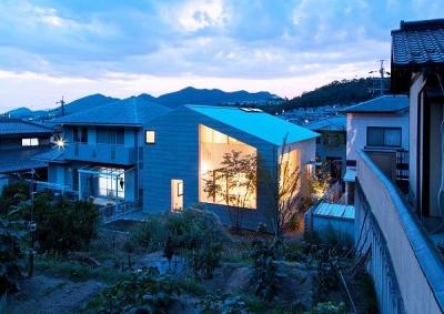 『コヤナカハウス』半屋外空間のドマがある家 (コヤナカハウス-夕景)