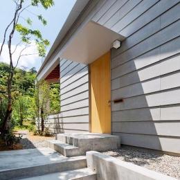 『コヤナカハウス』半屋外空間のドマがある家 (シンプルな玄関ポーチ)