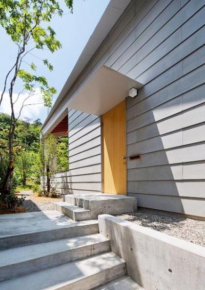 シンプルな玄関ポーチ (『コヤナカハウス』半屋外空間のドマがある家)