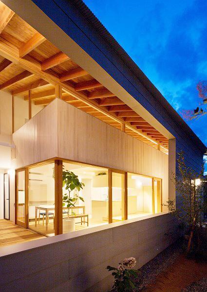 『コヤナカハウス』半屋外空間のドマがある家の写真 ドマ-ガラスのない大きな窓