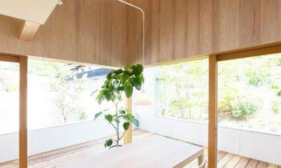 『コヤナカハウス』半屋外空間のドマがある家 (ドマと一体になるダイニング)