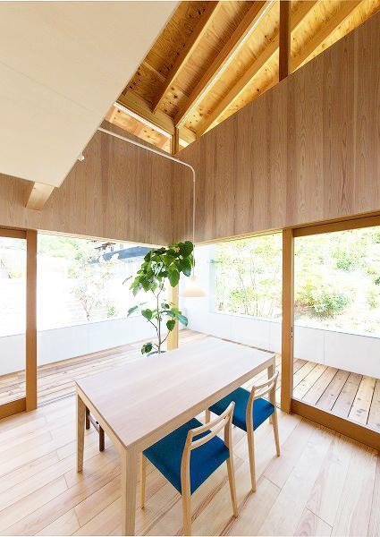 『コヤナカハウス』半屋外空間のドマがある家の部屋 ドマと一体になるダイニング