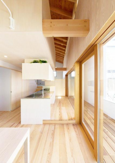『コヤナカハウス』半屋外空間のドマがある家 (ダイニングよりキッチンを見る)