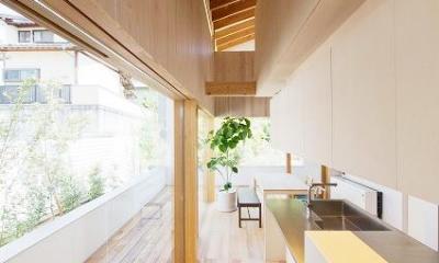 『コヤナカハウス』半屋外空間のドマがある家 (明るく開放的なダイニングキッチン)