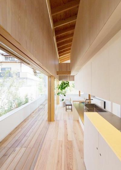 明るく開放的なダイニングキッチン (『コヤナカハウス』半屋外空間のドマがある家)