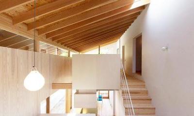吹き抜けでつながる大きなワンルーム|『コヤナカハウス』半屋外空間のドマがある家