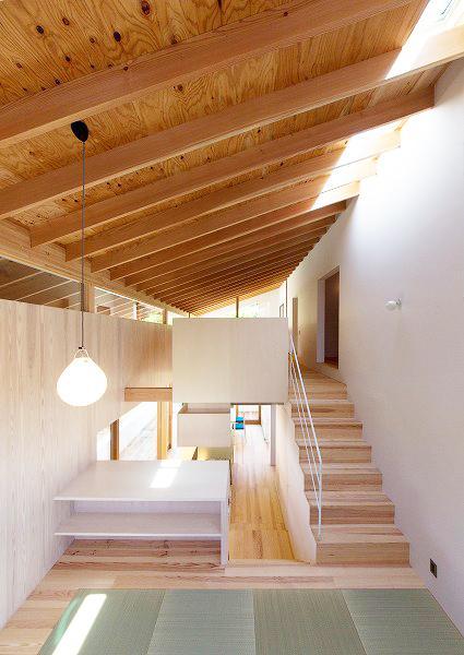 『コヤナカハウス』半屋外空間のドマがある家の写真 吹き抜けでつながる大きなワンルーム