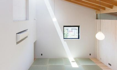 『コヤナカハウス』半屋外空間のドマがある家 (中2階の明るい和室)