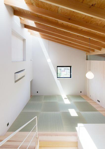 『コヤナカハウス』半屋外空間のドマがある家の写真 中2階の明るい和室