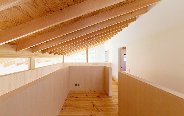 『コヤナカハウス』半屋外空間のドマがある家の部屋 2階フリースペース