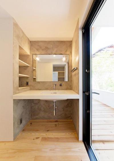 スタイリッシュな洗面スペース (『コヤナカハウス』半屋外空間のドマがある家)