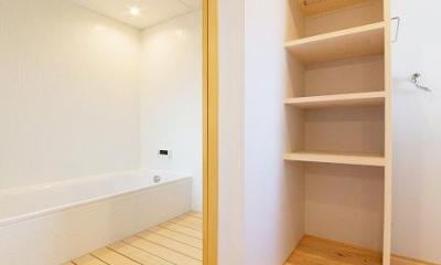 『コヤナカハウス』半屋外空間のドマがある家 (白と木目のコントラストが美しい浴室)