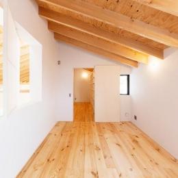 『コヤナカハウス』半屋外空間のドマがある家 (室内窓のあるナチュラルな寝室)