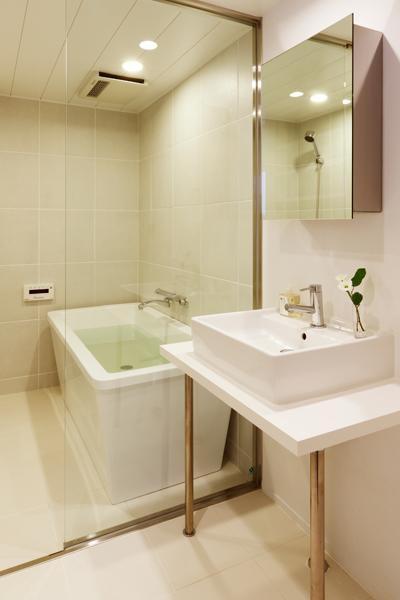白基調の洗面室・浴室 (岐阜市T邸・シンプルモダン住宅へ全面リフォーム)