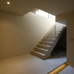 名古屋市Y邸・高級感と重層感を併せもつコートハウス住宅 (落ち着いた雰囲気の階段室)