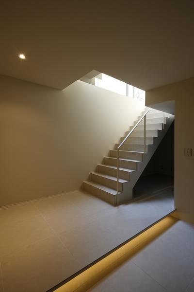 落ち着いた雰囲気の階段室 (名古屋市Y邸・高級感と重層感を併せもつコートハウス住宅)