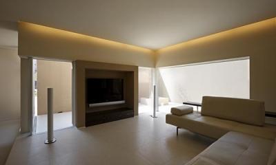 名古屋市Y邸・高級感と重層感を併せもつコートハウス住宅 (間接照明が演出する大人リビング)