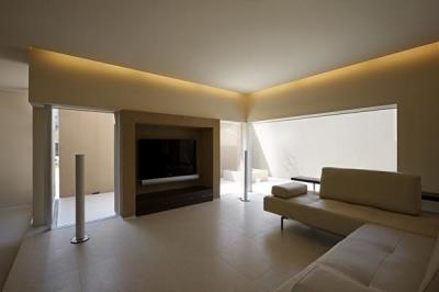 間接照明が演出する大人リビング (名古屋市Y邸・高級感と重層感を併せもつコートハウス住宅)