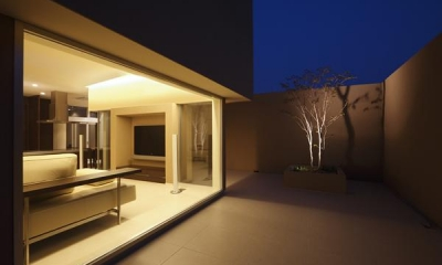名古屋市Y邸・高級感と重層感を併せもつコートハウス住宅 (タイル貼りのコート-夜景)