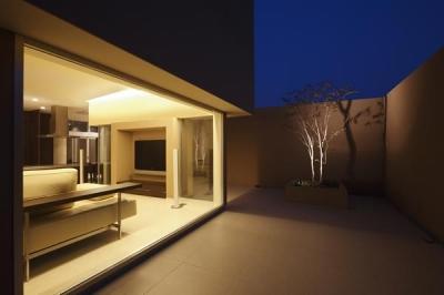 タイル貼りのコート-夜景 (名古屋市Y邸・高級感と重層感を併せもつコートハウス住宅)