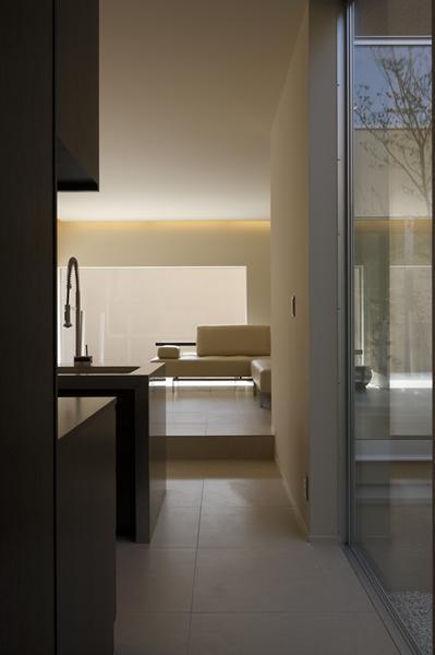 名古屋市Y邸・高級感と重層感を併せもつコートハウス住宅の部屋 キッチンよりリビングを見る