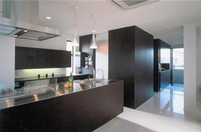 洗練されたモダンなキッチン (名古屋市N邸・リゾートホテル感覚の日常空間)