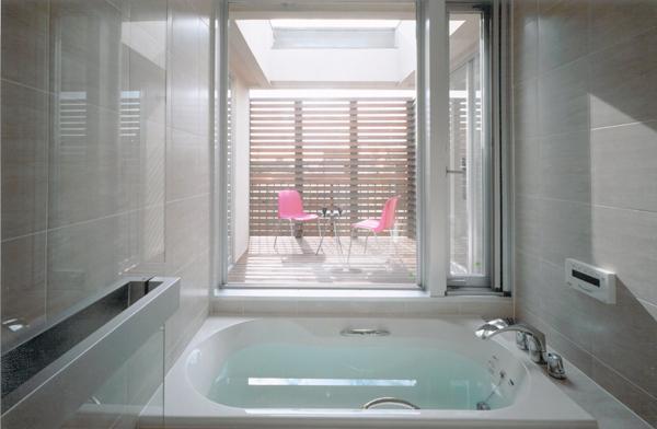 名古屋市N邸・リゾートホテル感覚の日常空間 (ガラス張りのバスルーム)