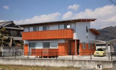 N邸・伝統と現代の生活の調和を目指した邸宅 (木目がアクセントの外観)
