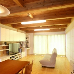 壁面収納のある明るいリビング (N邸・伝統と現代の生活の調和を目指した邸宅)