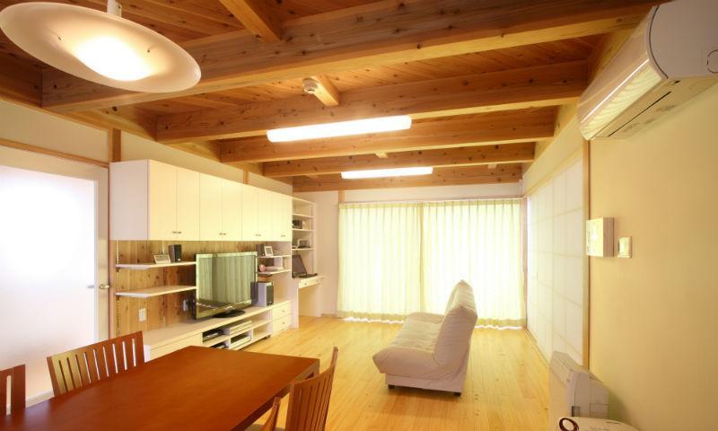 N邸・伝統と現代の生活の調和を目指した邸宅の部屋 壁面収納のある明るいリビング