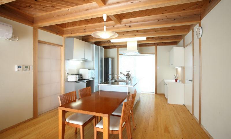明るいダイニングキッチン (N邸・伝統と現代の生活の調和を目指した邸宅)