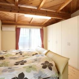 大容量壁面収納のある寝室 (N邸・伝統と現代の生活の調和を目指した邸宅)