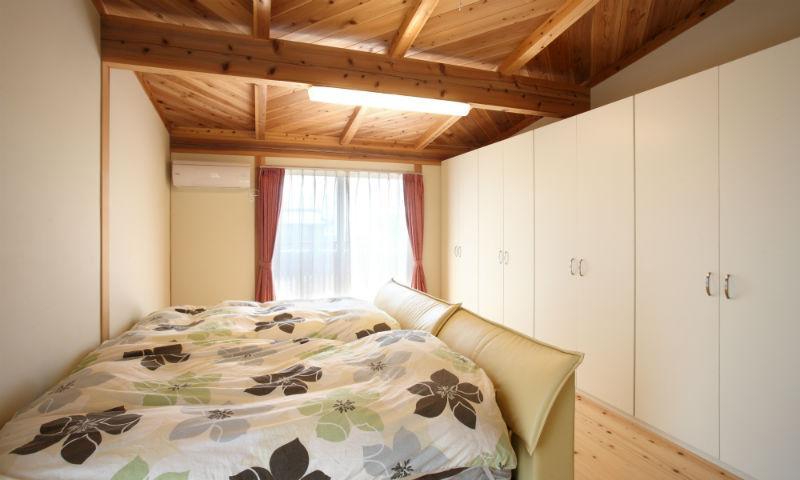 N邸・伝統と現代の生活の調和を目指した邸宅の部屋 大容量壁面収納のある寝室