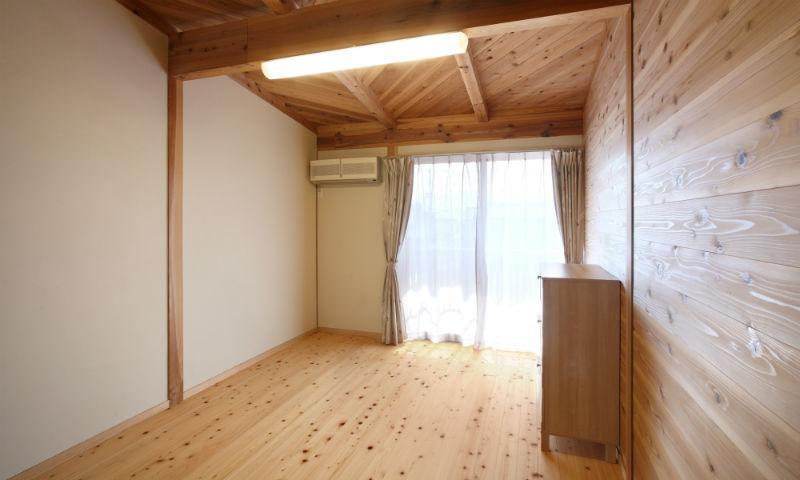 N邸・伝統と現代の生活の調和を目指した邸宅の写真 木の温もり感じる洋室