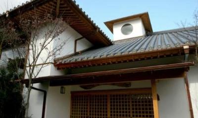 格子戸が印象的な広々玄関ポーチ|I邸・住職やその家族の住む邸宅