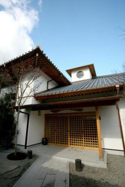 格子戸が印象的な広々玄関ポーチ (I邸・住職やその家族の住む邸宅)