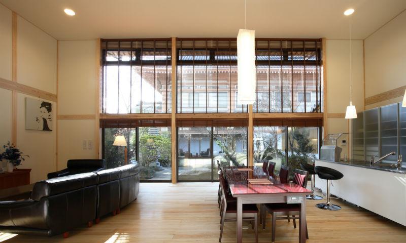 I邸・住職やその家族の住む邸宅の部屋 LDKより中庭を見る