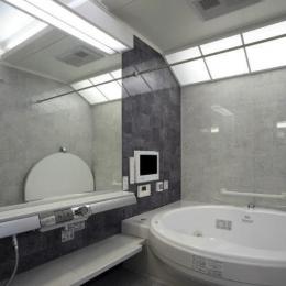 グレー基調の高級感溢れる浴室 (I邸・住職やその家族の住む邸宅)