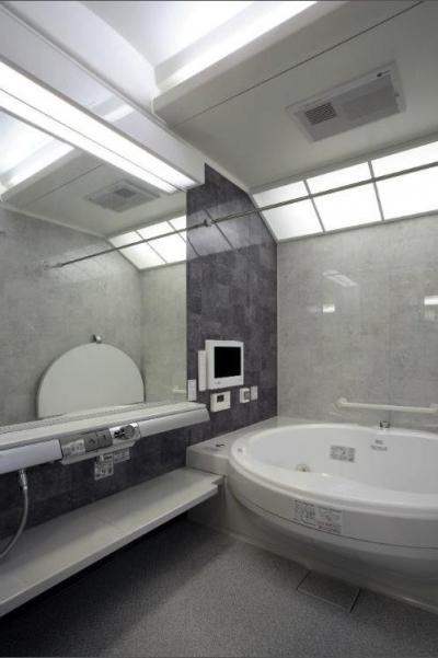 I邸・住職やその家族の住む邸宅 (グレー基調の高級感溢れる浴室)