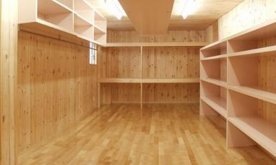 大容量収納スペース (M邸・ホームパーティーも楽しめる!ゲストを魅了する住まい)