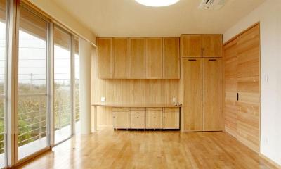 木の温もり感じる洋室 (M邸・ホームパーティーも楽しめる!ゲストを魅了する住まい)