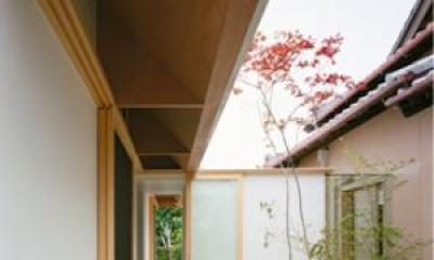 『コヤノスミカ』趣味を楽しめる空間、ゆったり寛げる空間 (軒下のアプローチ)